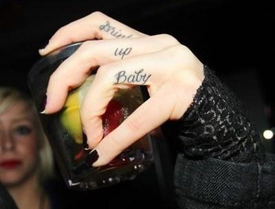 tatuagens Nas Mãos e Dedos letras