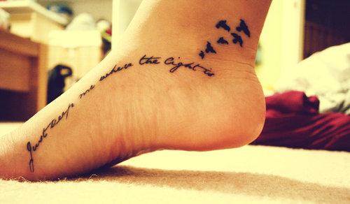 tatuagem frase pé