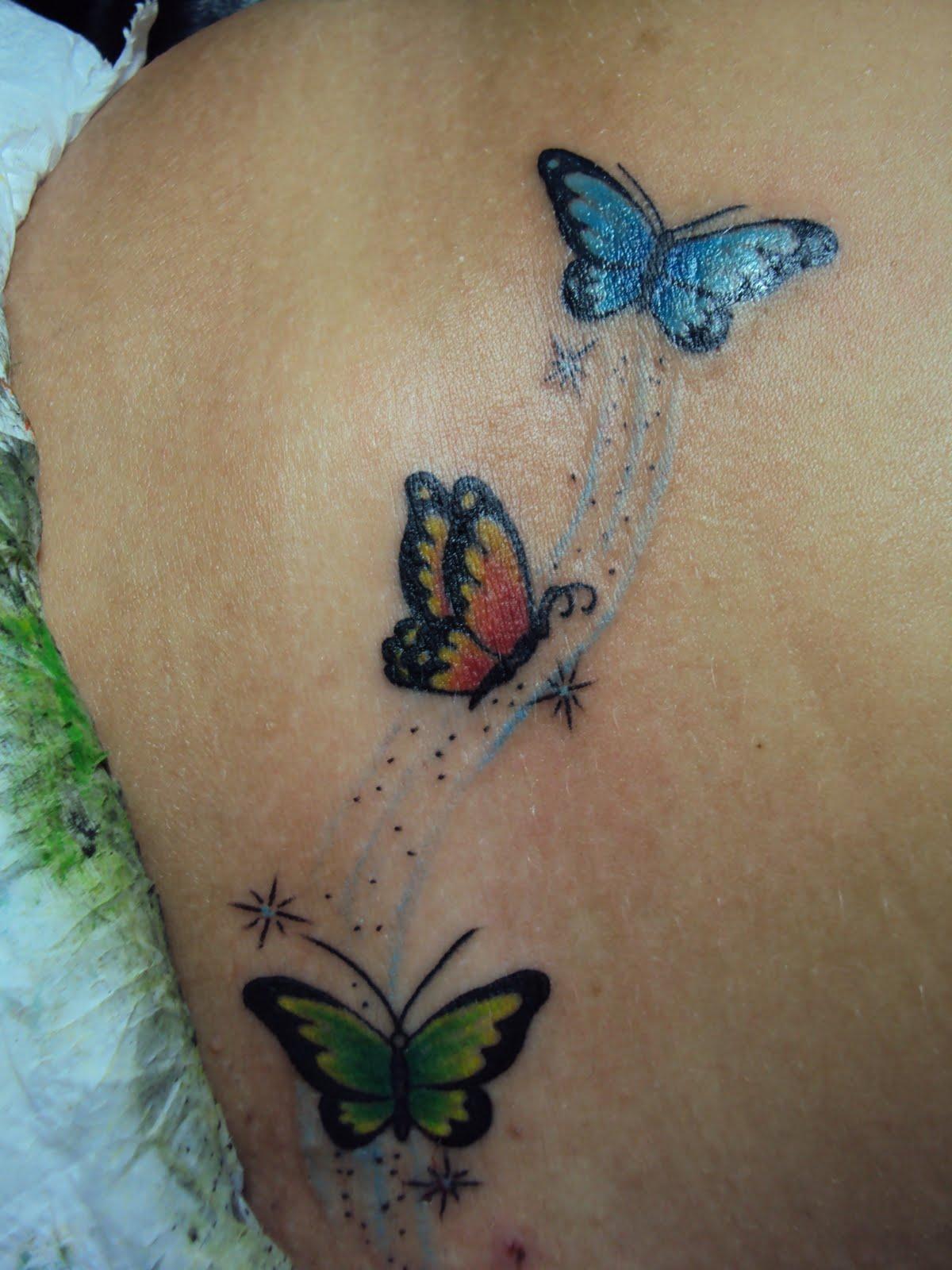 Tatuagens de borboletas verde azul e vermelha