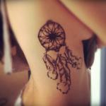 tatuagens femininas na costela