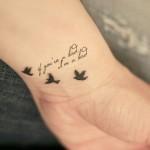 Aqui encontra algumas sugestões de tatuagens femininas no pulso